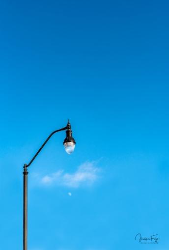 Le lampadaire, sa lune et son nuage